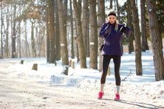 Спортсменка на тренировке контролирует ИМП ульс Стоковые Изображения RF