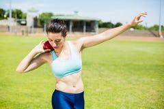 Спортсменка подготавливая бросить шарик толкания ядра Стоковое Фото
