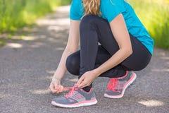 Спортсменка подготавливая для бега Стоковые Фотографии RF