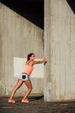 Спортсменка протягивая ноги для бежать стоковые изображения
