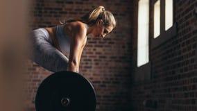 Спортсменка работая с тяжелыми весами стоковое фото rf