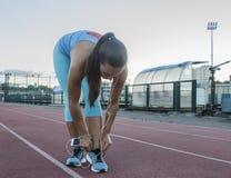 Спортсменка связывая шнурки на тапках Стоковые Фотографии RF