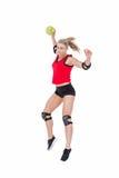 Спортсменка с гандболом пусковой площадки локтя бросая Стоковая Фотография RF