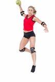 Спортсменка с гандболом пусковой площадки локтя бросая Стоковая Фотография