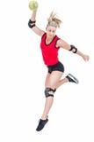 Спортсменка с гандболом пусковой площадки локтя бросая Стоковое фото RF