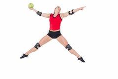 Спортсменка с гандболом пусковой площадки локтя бросая Стоковые Изображения RF