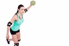 Спортсменка с гандболом пусковой площадки локтя бросая Стоковое Изображение RF