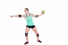 Спортсменка с гандболом пусковой площадки локтя бросая Стоковое Изображение