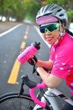 Спортсменка с словом держит пойти и здоровый жизнь Стоковое Фото
