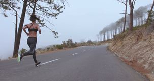 Спортсменка sprinting на шоссе сельской местности акции видеоматериалы