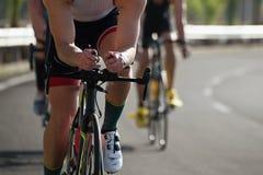 Спортсмены велосипедиста ехать гонка на высокой скорости Стоковая Фотография RF