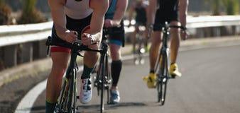 Спортсмены велосипедиста ехать гонка на высокой скорости Стоковое Изображение