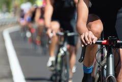 Спортсмены велосипедиста ехать гонка на высокой скорости Стоковое фото RF