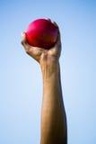 Спортсмены вручают держать шарик толкания ядра Стоковое Фото