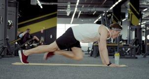 Спортсмены делая тренировку на его ногах сток-видео