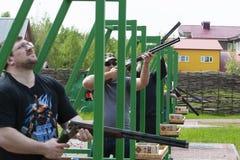 Спортсмены дилетанта в конкуренциях в стрельбе сцены стоковое изображение rf