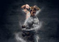 Спортсмены древнегреческия мужские держат гантель стоковое фото rf