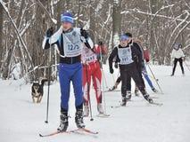 Спортсмены на следе лыжи стоковые изображения