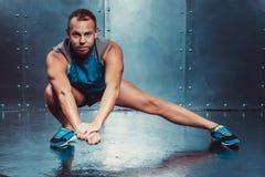 спортсмены подходящая мужская сила прочности разминки фитнеса crossfit концепции человека тренера Стоковое Фото