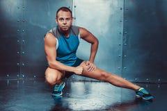 спортсмены подходящая мужская сила прочности разминки фитнеса crossfit концепции человека тренера Стоковые Фотографии RF