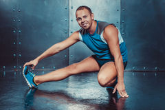 спортсмены подходящая мужская сила прочности разминки фитнеса crossfit концепции человека тренера Стоковое Изображение RF