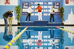 Спортсмены России и Китая стоят на подиуме победы Стоковые Изображения