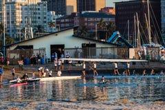 Спортсмены стапеля гребя регату каное Стоковые Изображения