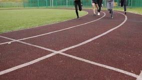 Спортсмены, укомплектовывают личным составом и ход женщины на идущем следе видеоматериал