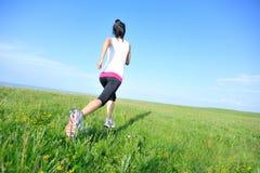 Спортсмен бегуна бежать на взморье травы стоковые фото