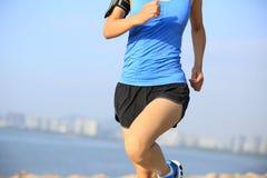 Спортсмен бегуна бежать на городе взморья Стоковое Фото