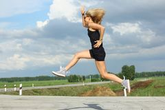 Спортсмен бегуна бежать на дороге концепция здоровья разминки восхода солнца фитнеса женщины jogging Стоковая Фотография RF