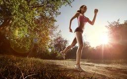 Спортсмен бегуна бежать на парке стоковая фотография rf