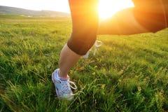 Спортсмен бегуна бежать на траве Стоковые Фотографии RF