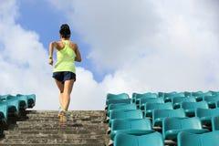 спортсмен бегуна женщины бежать вверх на лестницах Стоковое Изображение