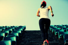 спортсмен бегуна женщины бежать вверх на лестницах Стоковые Фото
