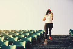 спортсмен бегуна женщины бежать вверх на лестницах Стоковое Фото