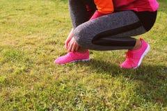Спортсмен бегуна подготавливая побежать внешнее Тренировка женщины фитнеса и jogging в парке лета Стоковое Изображение