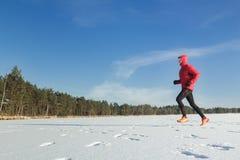 Спортсмен бегуна следа в зиме внешней Стоковое Изображение RF