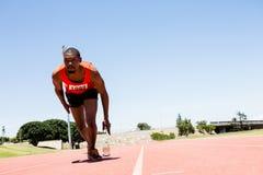 Спортсмен бежать на гоночном треке Стоковое фото RF