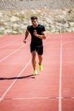 Спортсмен бежать на гоночном треке Стоковые Фотографии RF