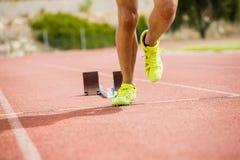 Спортсмен бежать на гоночном треке Стоковые Изображения