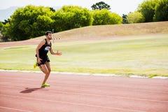 Спортсмен бежать на гоночном треке Стоковое Изображение