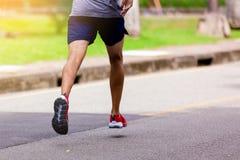 Спортсмен бежать на парке внешнем в утре стоковое фото rf