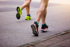 Спортсмен бежать на парке внешнем в утре стоковое изображение rf
