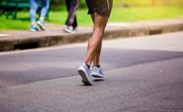 Спортсмен бежать на парке внешнем в утре стоковое фото