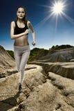 Спортсмен бежать с солнцем позади стоковые изображения rf