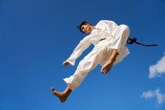 Спортсмен весьма спорта испанский скача во время боя карате Стоковые Фотографии RF