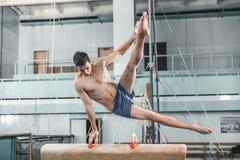 Спортсмен во время трудной тренировки, гимнастики спорт Стоковое Изображение RF