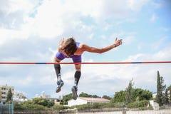 Спортсмен высокого прыжка пока он скачет closeup стоковые изображения