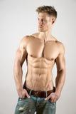 Спортсмен в брюках джинсовой ткани Стоковые Изображения
